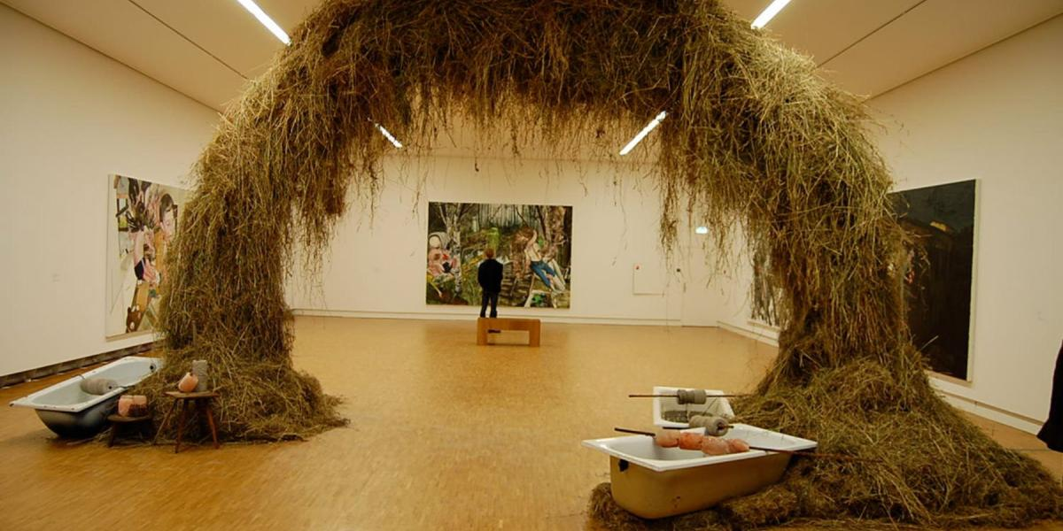 (Arc en foin) Vue d'exposition au GEM , Museum voor Actuele Kunst Den Haag NL